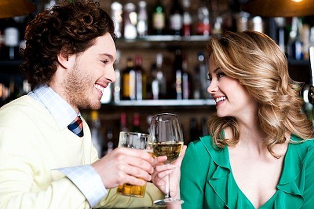 barbat care flirteaza cu o femeie