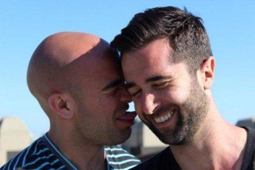 Unde gasesc barbati gay online?